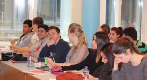 Zufriedene Schüler bei der Abiturvorbereitung.